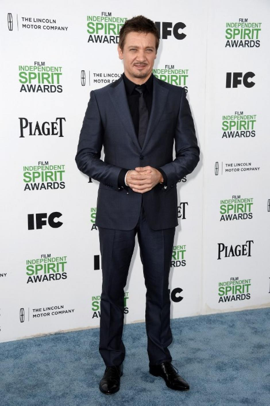 Jeremy Renner fue uno de los más elegantes de la premiación y fue uno de los presentadores de los Spirit. (Foto:AFP)