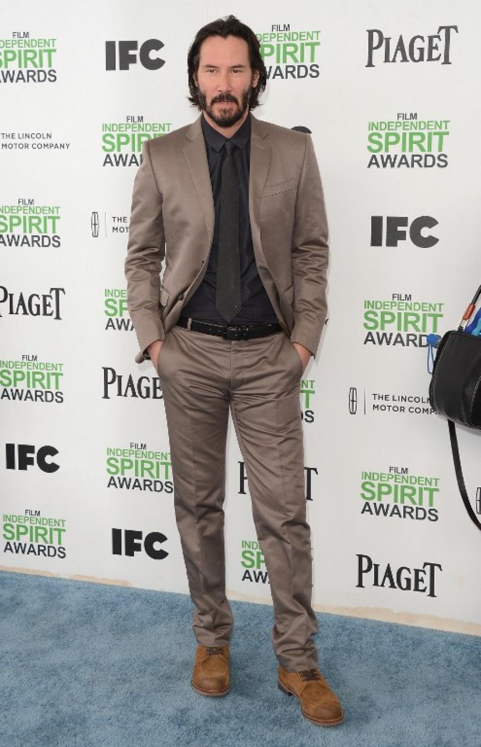 El actor Keanu Reeves, recordado por su participación en Matrix, llegó a los Spirit Awards vestido de traje café y camisa negra, una buena combinación sin mucho esfuerzo. (Foto:AFP)