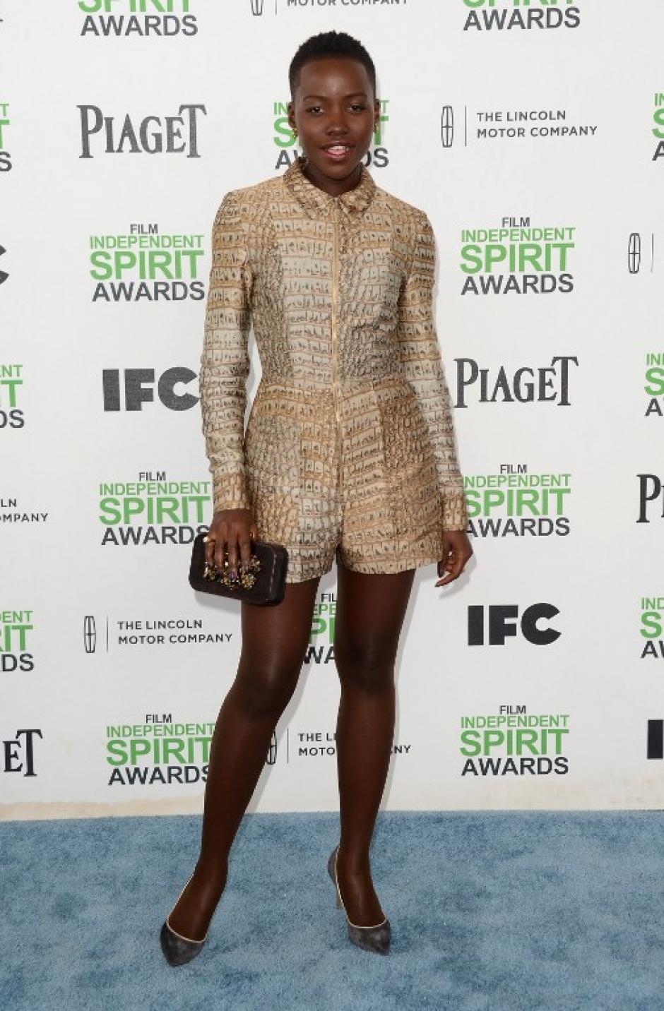 Lupita Nyong'o mexicana de origen pero educada en Kenia, lució este traje en imitación de piel de lagarto. (Foto: AFP)