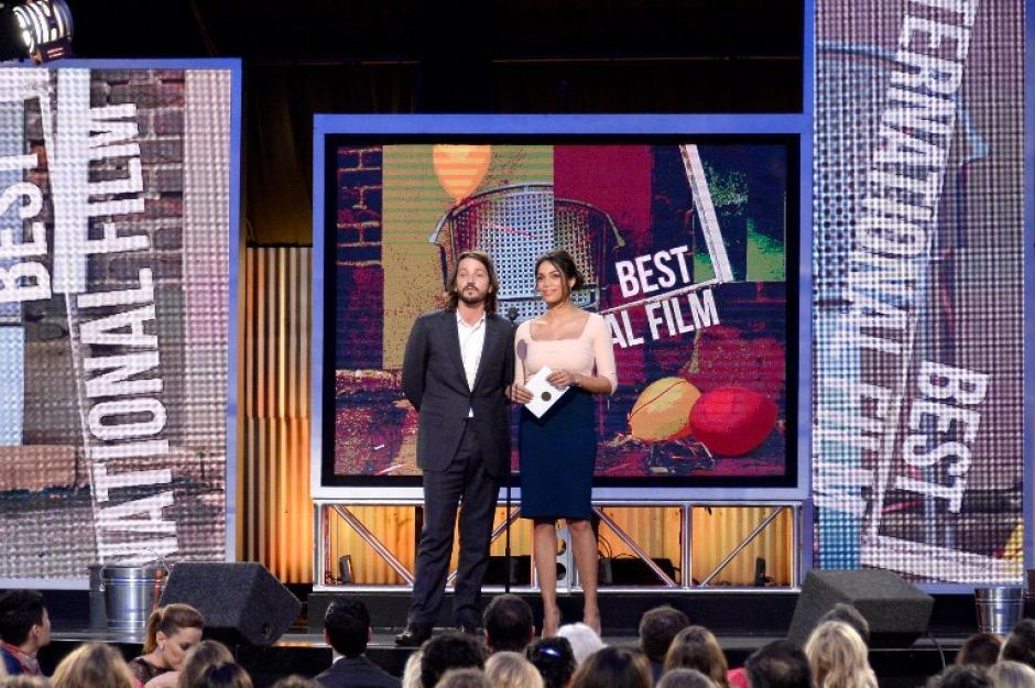 Diego Luna entregó el premio a mejor película extranjera. (Foto: AFP)