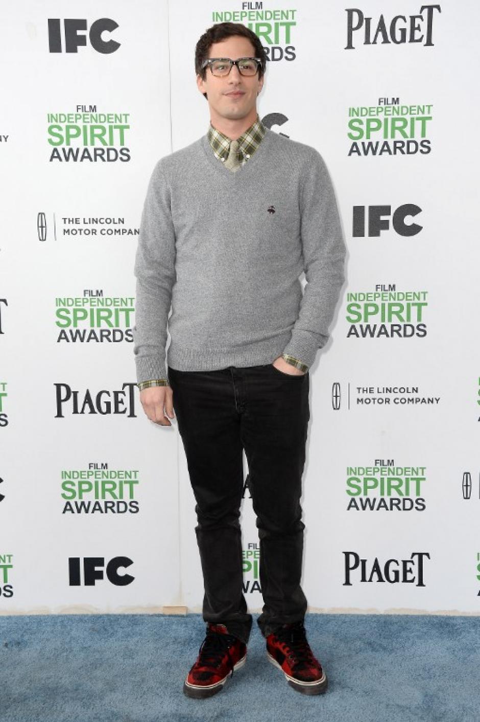 El comediante Andy Samberg sorprendió en los Spirit Awards con su look de nerds, se le recuerda por haber dado vida con su voz al personaje de Drácula en la pelicula Hotel Transylvania. (Foto:AFP)