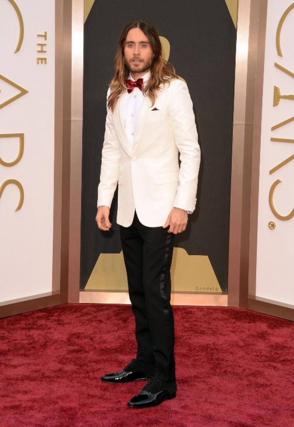Jared Leto escogió un traje un poco menos tradicional con corbatin rojo. (Foto: AFP)
