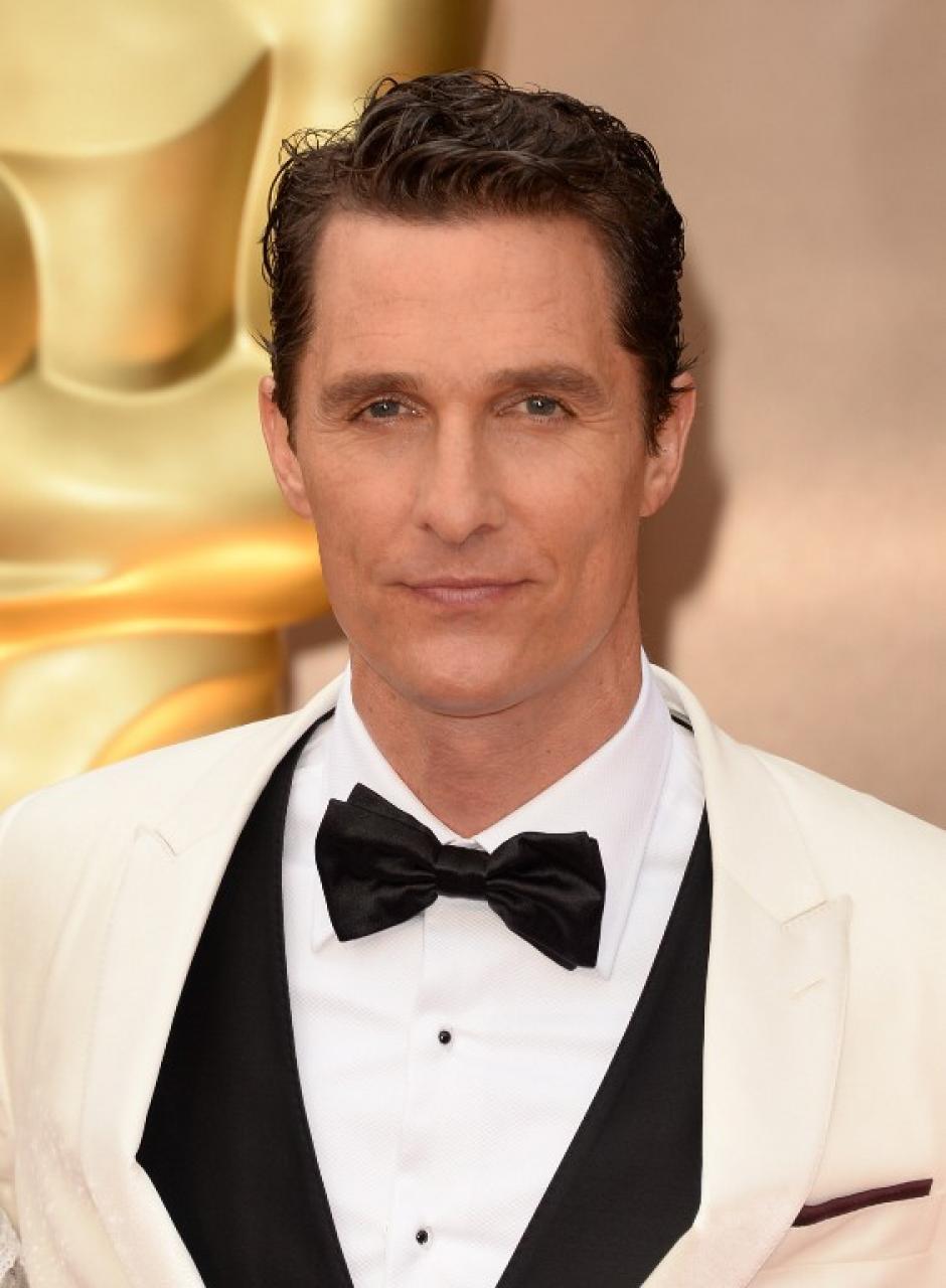 Matthew McConaughey está nominado al premio de mejor actor. Luce un traje clásico blanco con negro. (Foto: AFP)