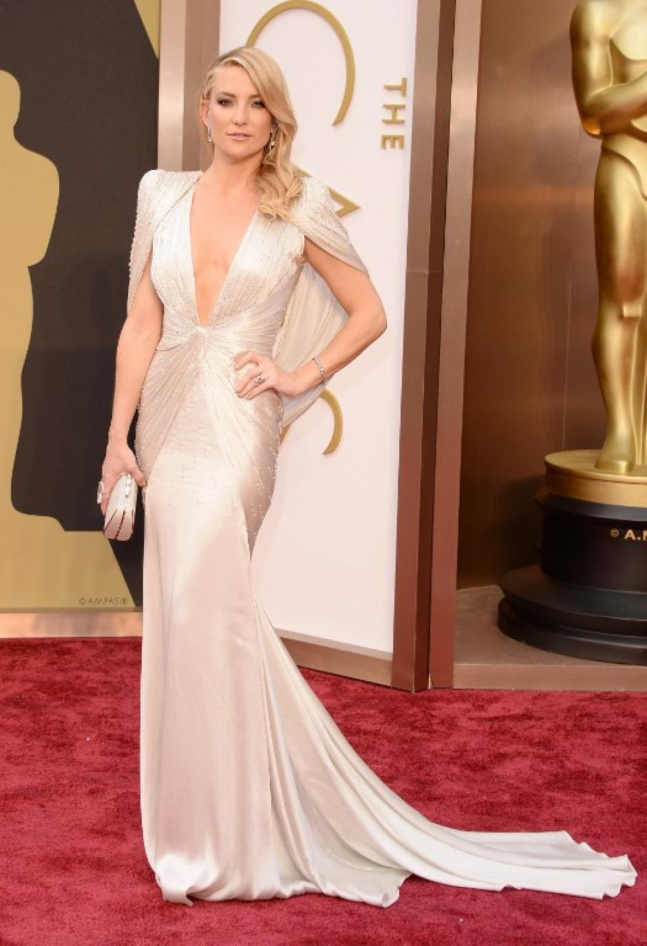 Kate Hudson en vestido color perla con un gran escote y el pelo suelto. (Foto: AFP)