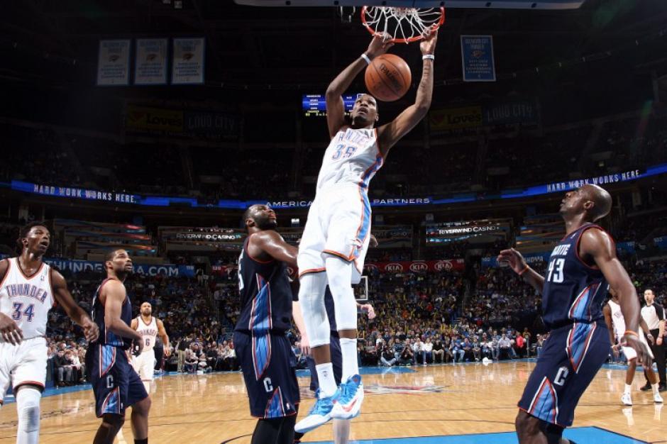 Kevin Durant anota para los Thunder de Oklahoma City en la victoria 116-99 ante los Bobcats de Charlotte