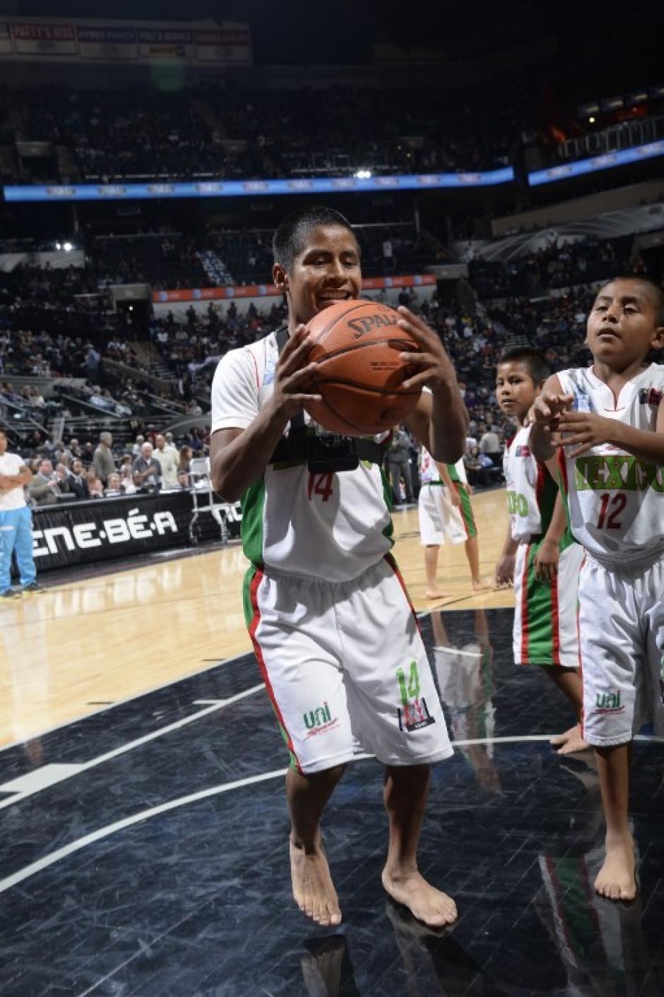 """Esta fue la segunda ocasión que los """"Triquis"""" fueron invitados por los Spurs, en la primera cita pudieron jugar junto a las estrellas como Duncan y Ginobili, quienes también se quitaron los zapatos. (Foto: AFP)"""