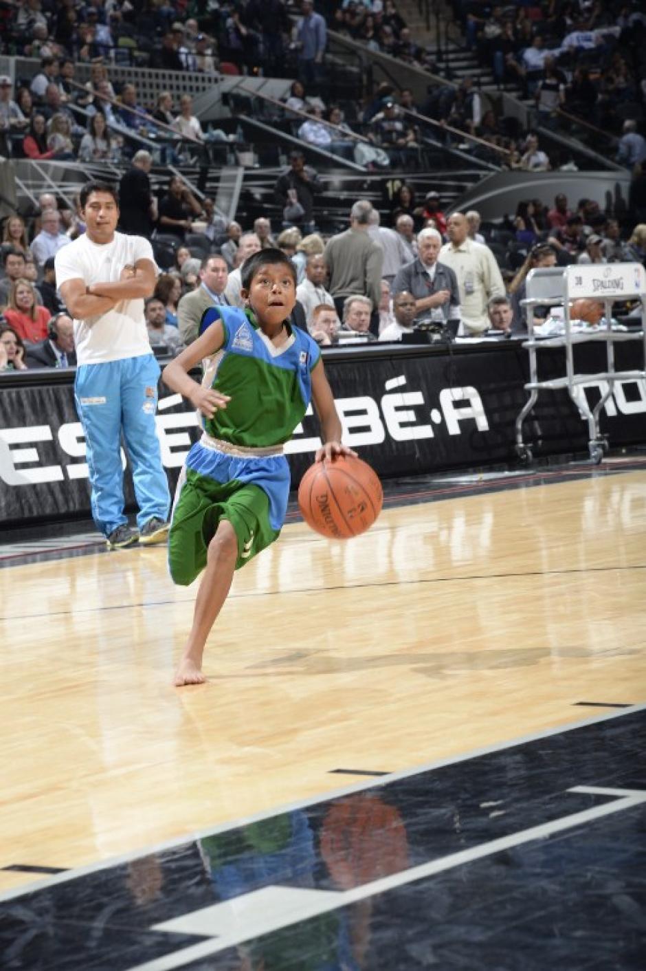 Los pequeños siguen cumpliendo sus sueños a través del baloncesto a pesar de vivir en zonas precarias de Oaxaca. (Foto: AFP)