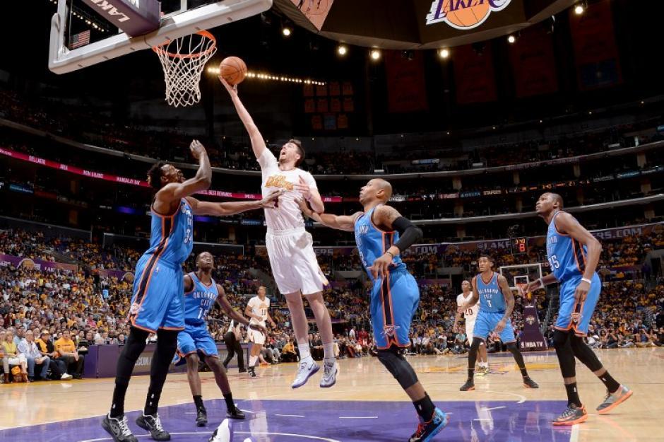 Ryan Kelly anota para los Lakers en el juego ante los Thunder