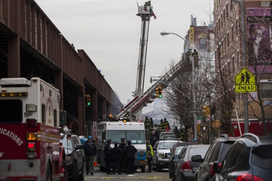 Los bomberos de Nueva York buscan a sobrevivientes y sofocan las llamas. (Foto:AFP)