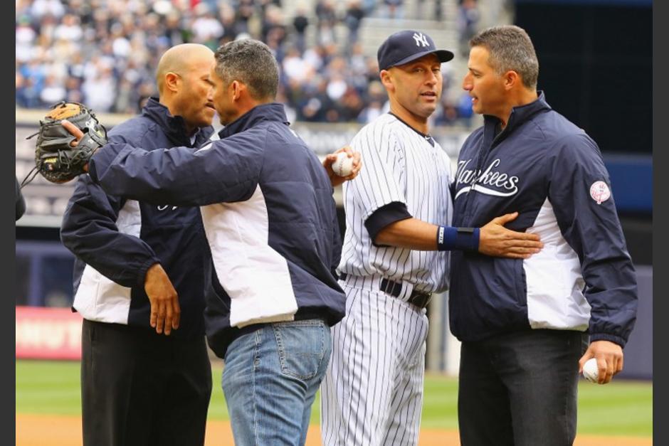 Mariano Riera, Jorge Posada y Andy Pettitte saludan a Derek Jeter previo al juego ante los Orioles