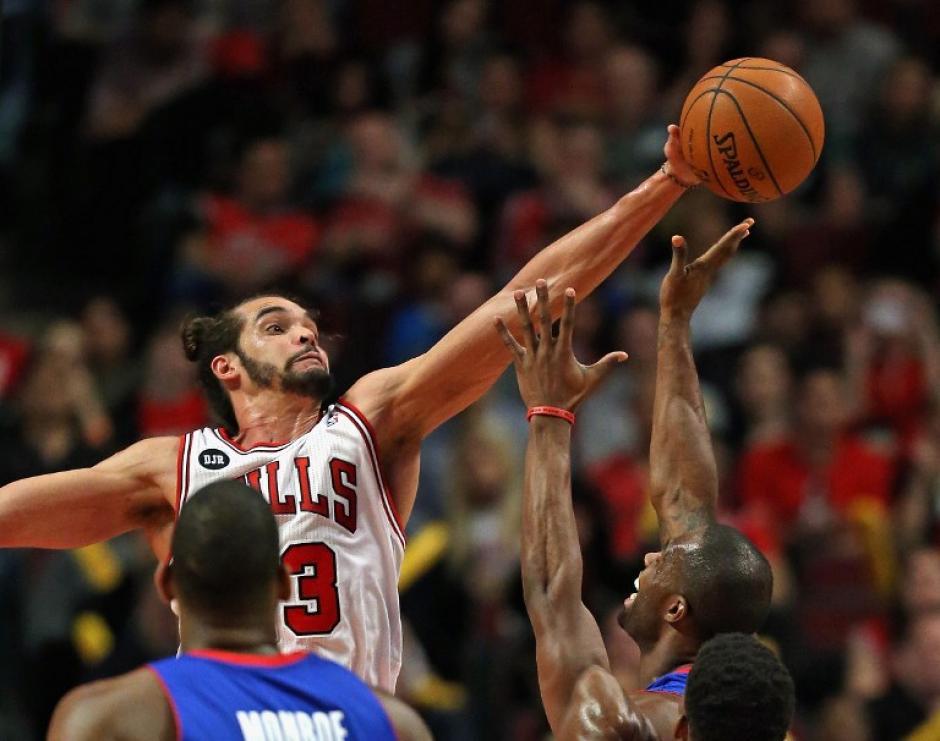 Joakim Noah de los Chicago Bulls bloquea un disparo en el juego ante los Pistons de Detroit