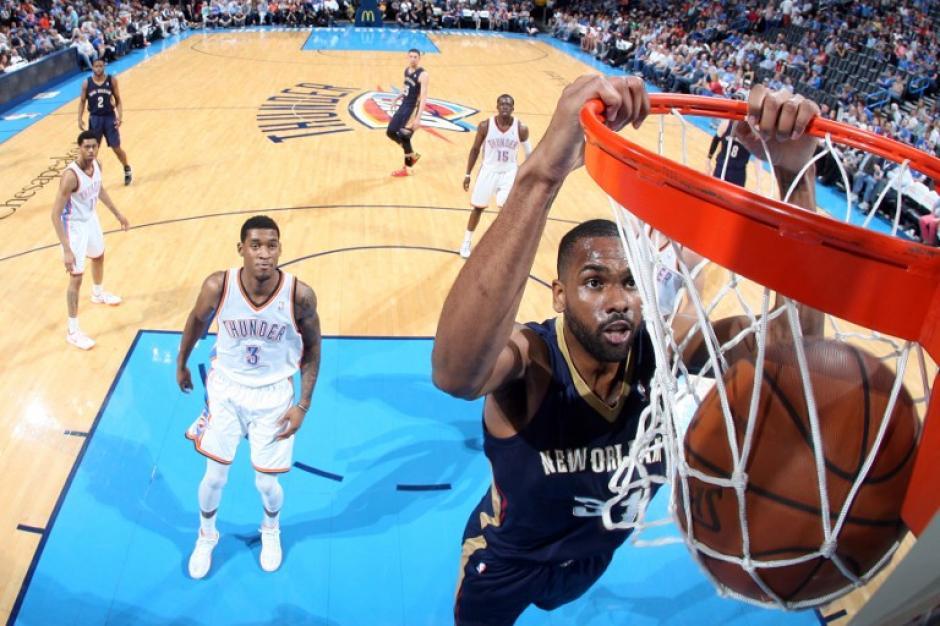 James Southerland de los Pelicans de New Orleans anota ante los Thunder de Oklahoma City