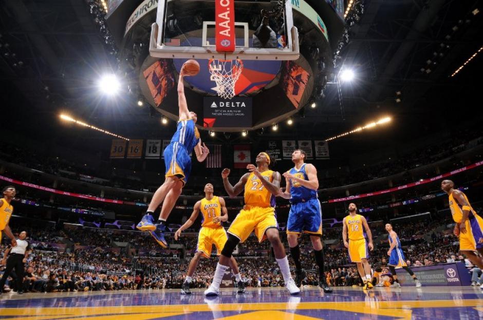 David Le de los Warriors de Golden Stat anota ante la marca de los jugadores de los Lakers