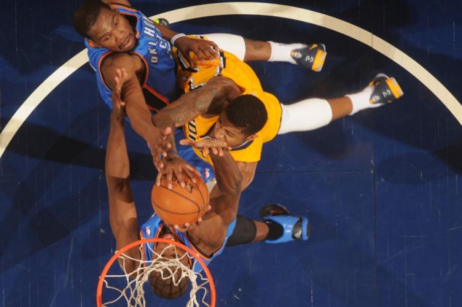 Paul Georg de los Pacers de Indiana dispara ante la marca del jugador de los Thunder de Oklahoma City