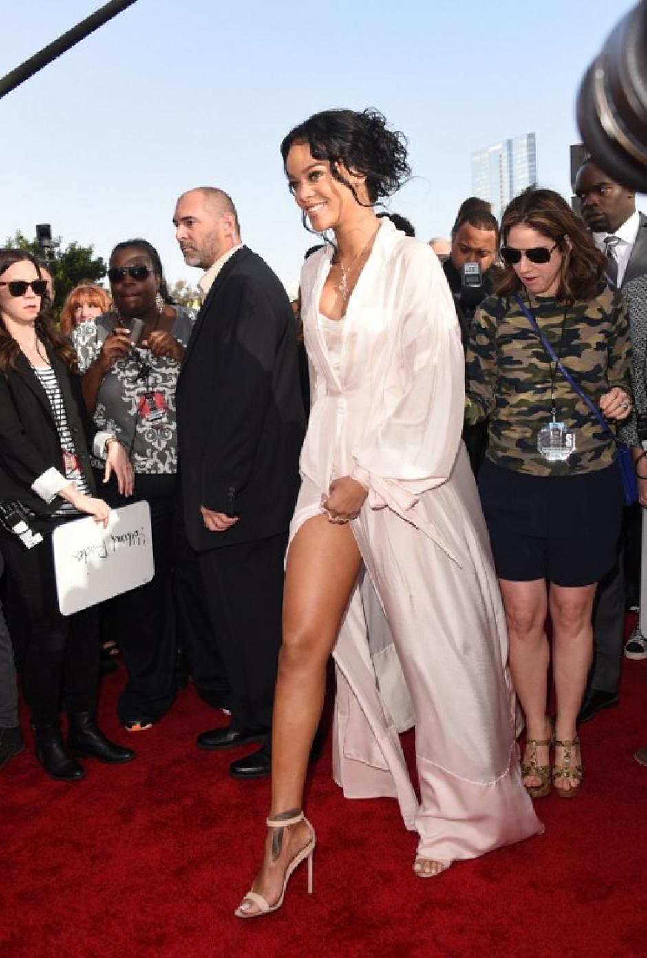 La artista Rihanna apareció con un espectacular pijazo que dará de qué hablar. (Foto: AFP)