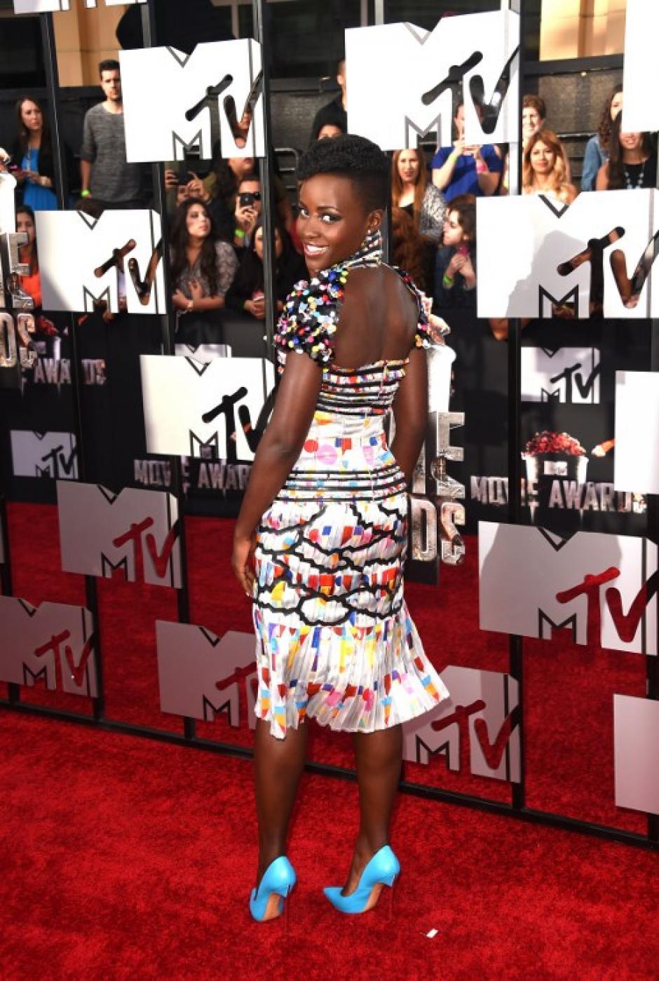 Lupita Nyong´o modela un colorido vestido al ingresar a la gala de los premios MTV. (Foto: AFP)