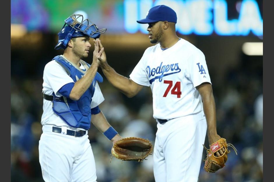 El cerrador Kenley Jansen y el catcher Drew Butera celebran la victoria de los Dodgers ante los Filis