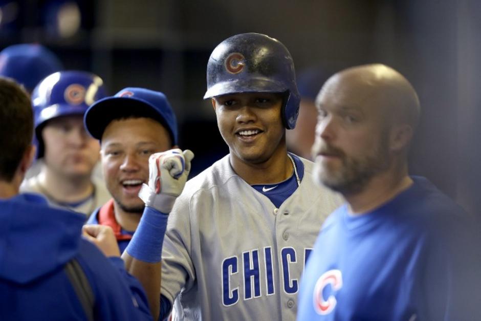 El dominicano Starling Castro celebra tras la victoria de los Cachorros