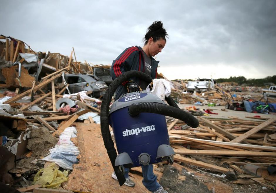 Michelle McGee saca las pertenencias de su casa que fue destruida por un tornado el Domingo, 29 de abril 2014 en Vilonia, se esperan varias tormentas en los próximos días. (Foto: Mark Wilson / Getty Images / AFP)