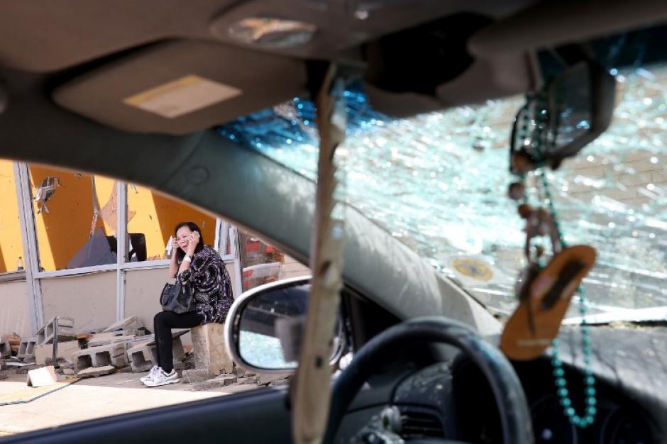 Tina Hoang se sienta delante de su negocio de uñas, este se encuentra en escombros, ella estaba en el interior durante un tornado que afecto la región de Tupelo, Mississippi. (Foto:Mark Wilson /AFP)