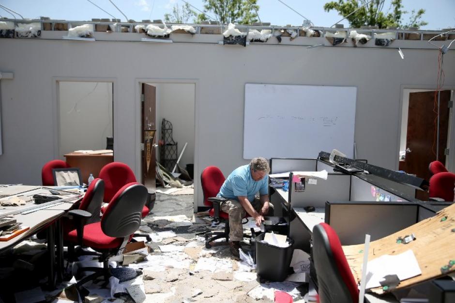 Scott Black, trata de recuperar lo que puede luego de que la empresa donde trabajaba fuera afectada por los tornados. (Foto: Mark Wilson/AFP)