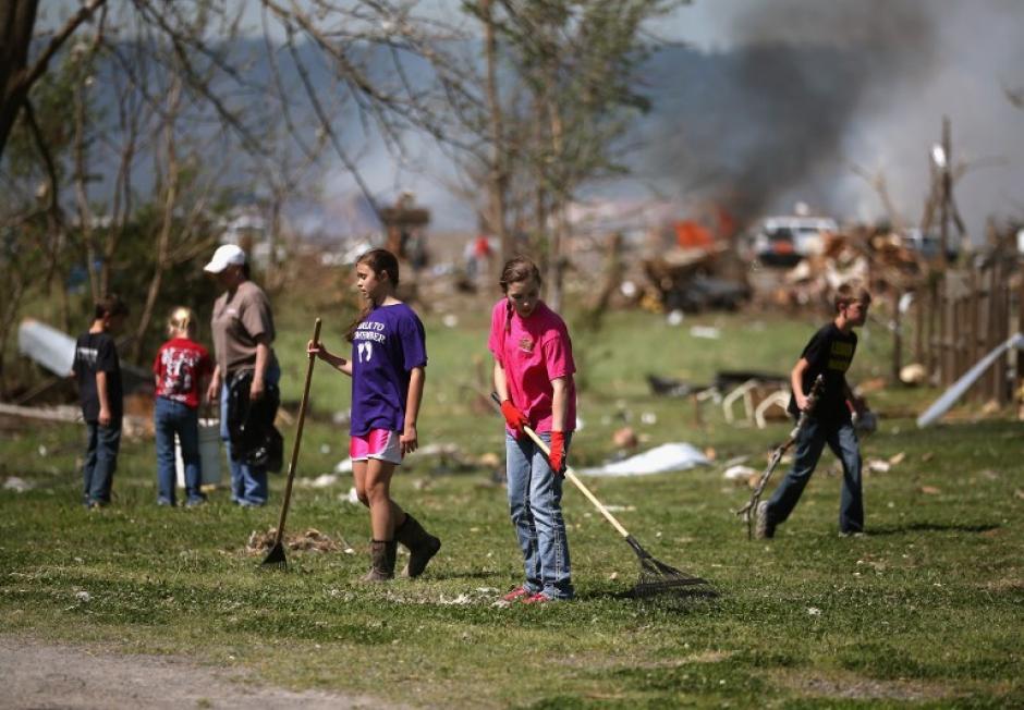 La gente recoge los escombros que dejó el tornado en Vilonia, Arkansas. Mortales tornados azotaron la región 27 de abril, dejando a más de una docena de muertos. (Foto: Mark Wilson /AFP)