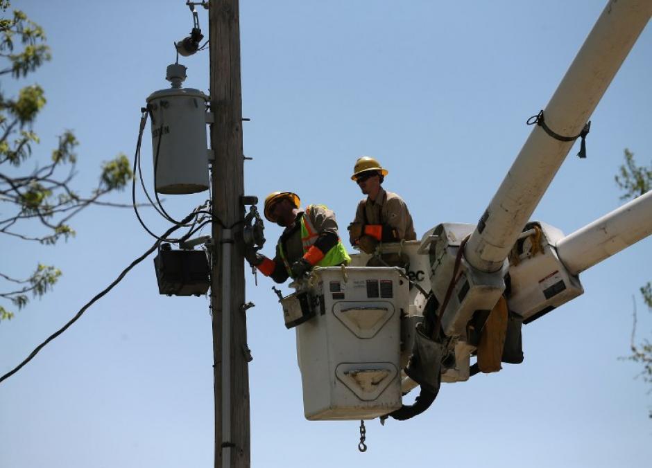 Electricistas trabajan en restablecer las líneas de energía después de un tornado que azotó Vilonia, Arkansas. Los mortales tornados azotaron la región el 27 de abril, dejando a más de una docena de muertos. (Foto: Mark Wilson /AFP)