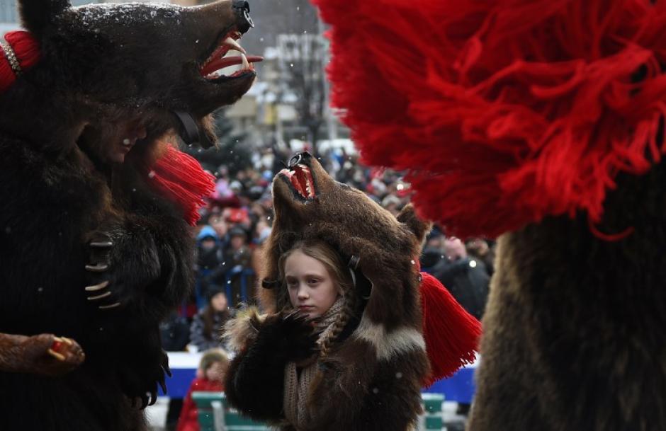 Desde la víspera de Navidad hasta después de Año Nuevo y los rumanos dan vida a los diferentes rituales, que a menudo incluyen trajes y las máscaras que evocan animales, como osos, caballos o cabras. (Foto: AFP / DANIEL MIHAILESCU)