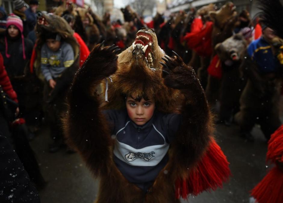 Un niño que llevaba una piel de oso se representa en las calles de la ciudad Comanesti el 30 de diciembre 2015 durante un desfile para ahuyentar a los malos espíritus del pasado año. (Foto: AFP/DANIEL MIHAILESCU)