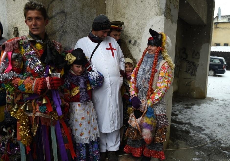 Los participantes visitan a los vecinos del pueblo y con esto aseguran alejar el mal. (Foto: AFP/DANIEL MIHAILESCU)