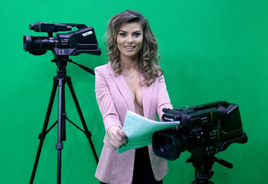 La decisión de la televisora de mostrar a las presentadoras con el torso casi descubierto se debe a la fuerte competencia en Albania. (Foto: AFP)