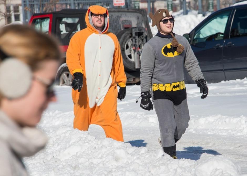 Residentes de Dupont Circle en Washington acuden disfrazados a participar a una guerra de bolas de nieve realizada en el lugar. (Foto: AFP)