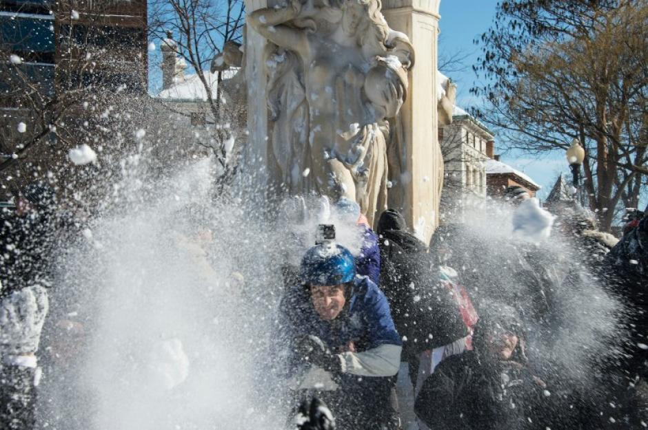 La tregua que ha dado la tormenta de nieve en Washington, es aprovechada por los residentes para jugar una guerra de bolas de nieve. (Foto: AFP)