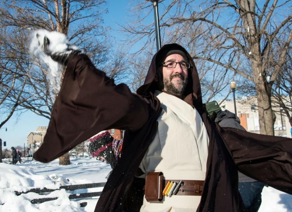 Un hombre vestido de Jedi, participa en una guerra de bolas de nieve en Washington. (Foto: AFP)