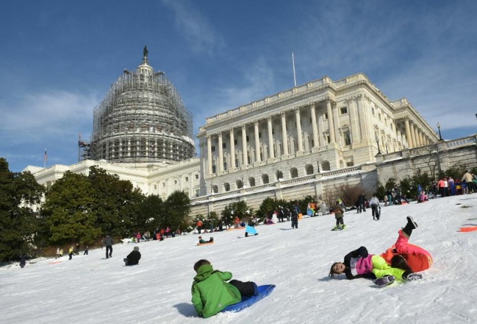 La tormenta Jonas dejó al menos 25 muertos durante su paso en los Estados Unidos. En la fotografía personas juegan en el Capitolio, Washington DC. (Foto: AFP/MANDEL NGAN)