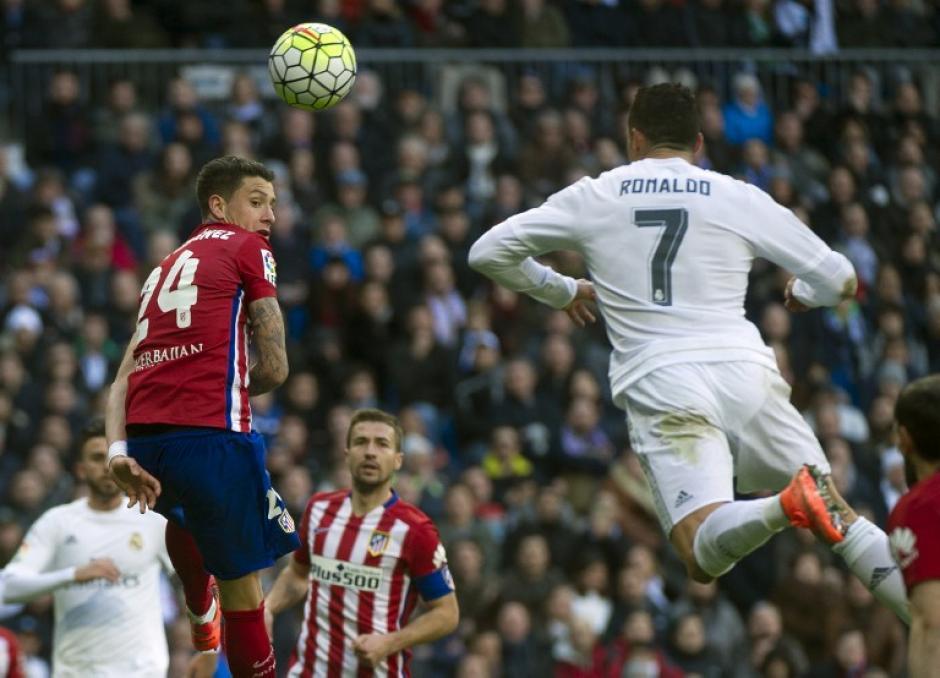 Cristiano Ronaldo intenta buscar el balón, pero la defensa del Atlético siempre fue puntual. (Foto: AFP)