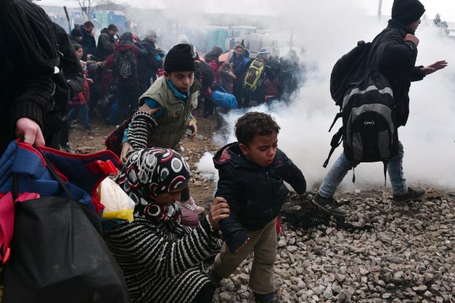 Alrededor de 6 mil 500 personas se ubican en la frontera, buscando ayuda de los países ricos de la Unión Europea. (Foto: AFP)