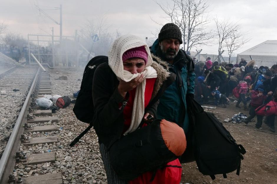 Los migrantes utilizaron piedras y palos en contra de las fuerzas de seguridad. (Foto: AFP)