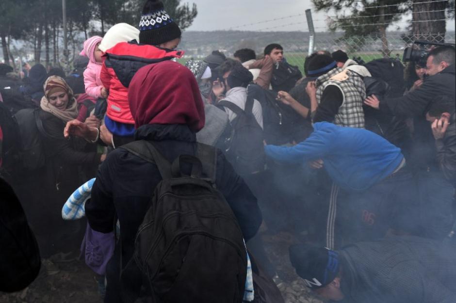 Las fuerzas de seguridad de Macedonia utilizaron gas lacrimógeno para dispersar a los migrantes. (Foto: AFP)