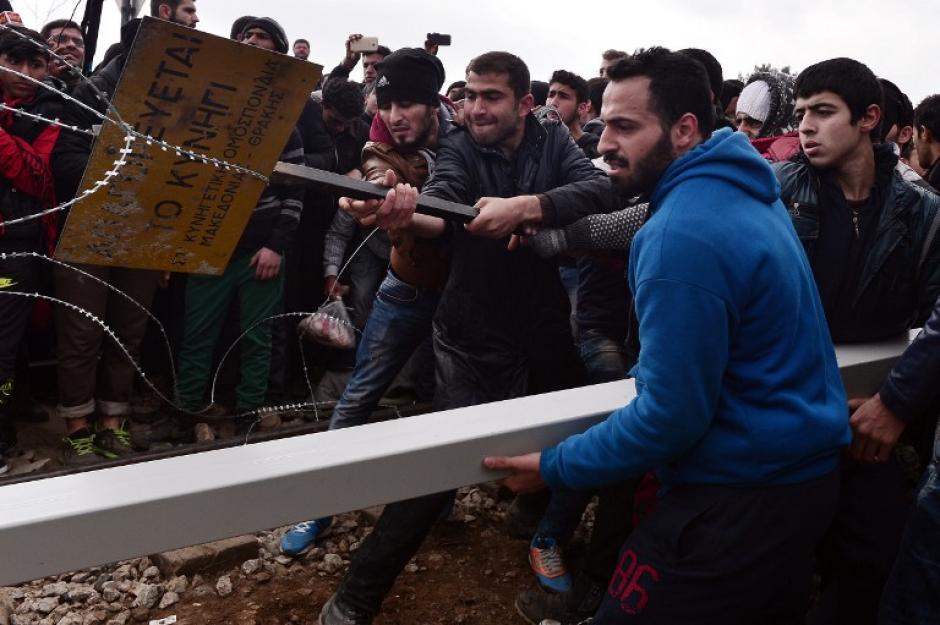 El grupo de migrantes derribó una valla de seguridad instalada en la frontera entre Grecia y Macedonia. (Foto: AFP)