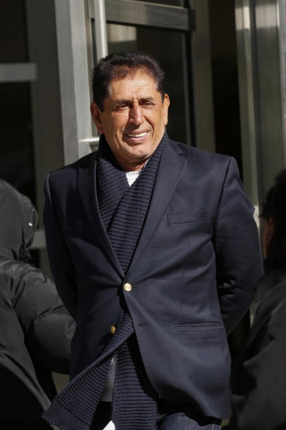 De traje obscuro y muy relajado lució Brayan Jiménez. (Foto: AFP)