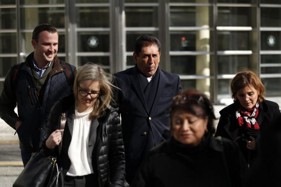 Un grupo de personas acompaña al expresidente de la Fedefutbol. (Foto: AFP)