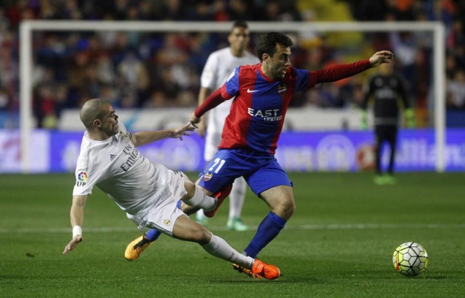 El defensor portugués, Pepe, volvió a ser titular en la defensa de Real Madrid. (Foto: AFP)