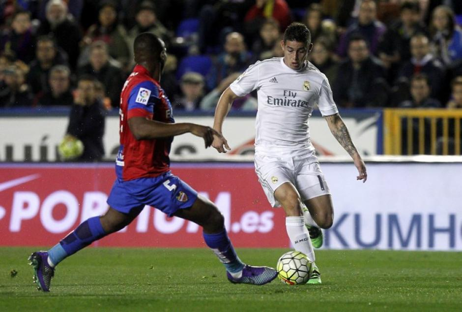 El colombiano, James Rodríguez, no termina de cuajar en el medio campo del Madrid. (Foto: AFP)