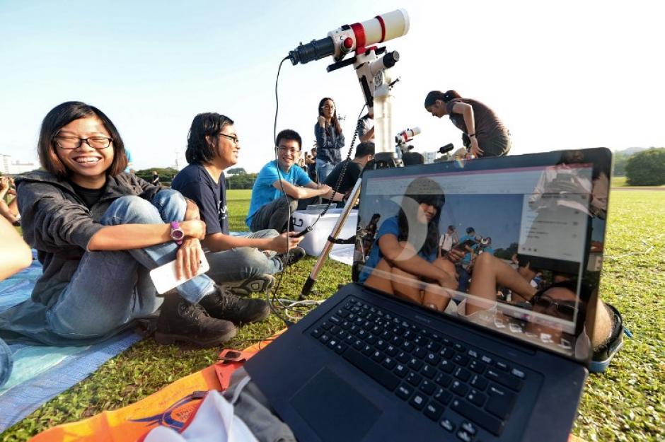 Estudiantes de la Universidad de Singapur grabaron el eclipse parcial de sol. (Foto: AFP)