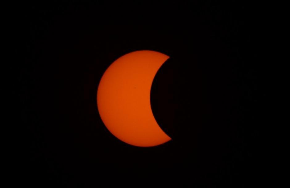 Esta imagen muestra la luna pasando frente al sol durante el eclipse en Manila. (Foto: AFP)