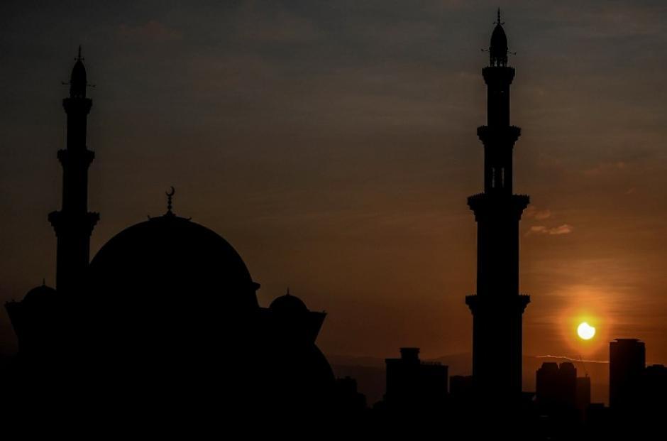 Esta panorámica resalta el eclipse parcial de sol detrás de la mezquita de Wilayah en Kuala Lumpur. (Foto: AFP)
