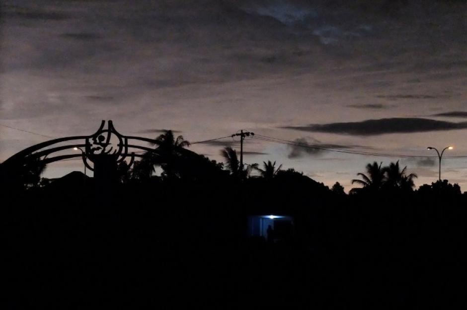 El cielo se oscurece durante un eclipse solar total en la ciudad de Ternate, en Islas Molucas de Indonesia. (Foto: AFP)