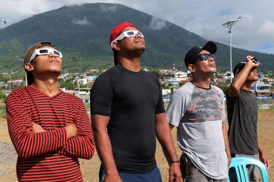 Un eclipse solar se extendió por todo el archipiélago de Indonesia en presencia de miles de observadores y marcado por oraciones y rituales tribales musulmanes. (Foto: AFP)