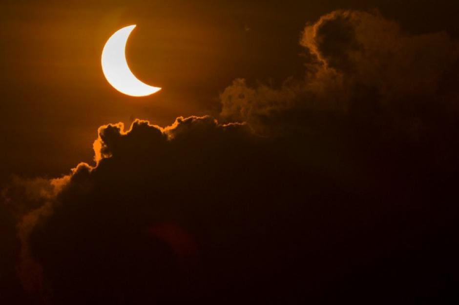 El eclipse solar dejó imágenes impresionantes tomadas de distintos países de Asia. (Foto: AFP)